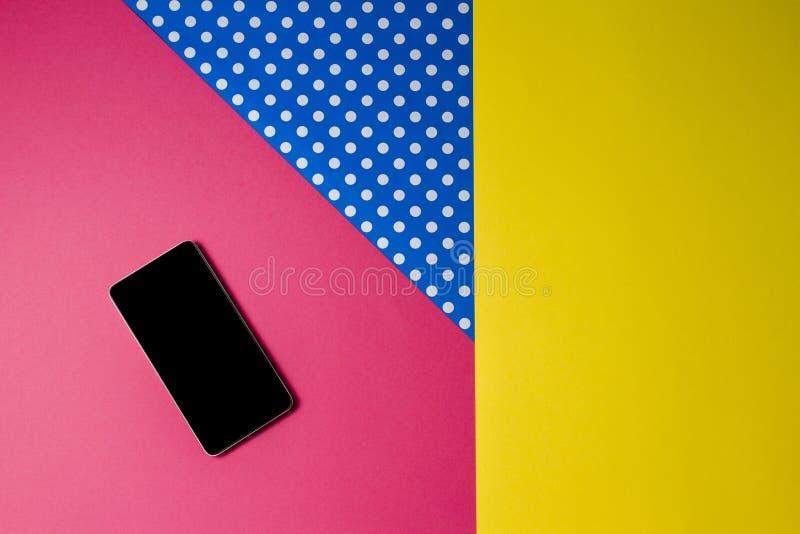 Téléphone intelligent se trouvant sur le fond coloré, vue supérieure photo libre de droits