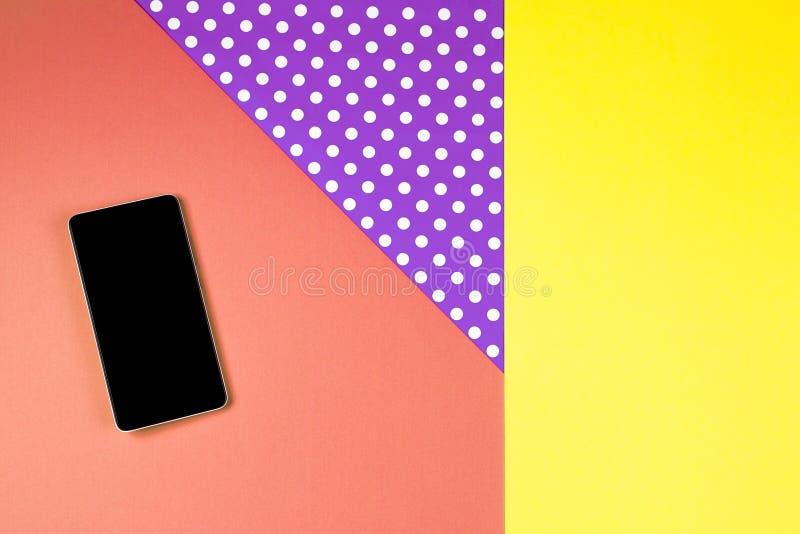 Téléphone intelligent se trouvant sur le fond coloré, vue supérieure image libre de droits