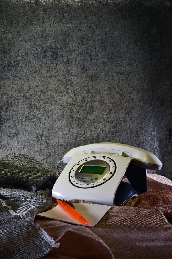 téléphone moderne imitant vieil photos stock