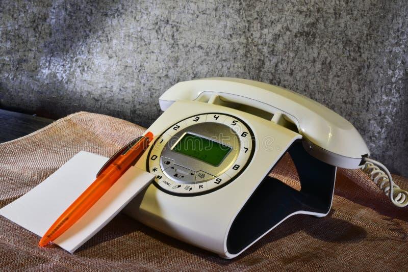 téléphone moderne imitant vieil images libres de droits