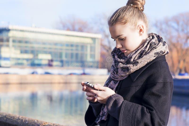 téléphone noir de récepteur de concept de transmission Jeune adolescente caucasienne parlant dessus images libres de droits