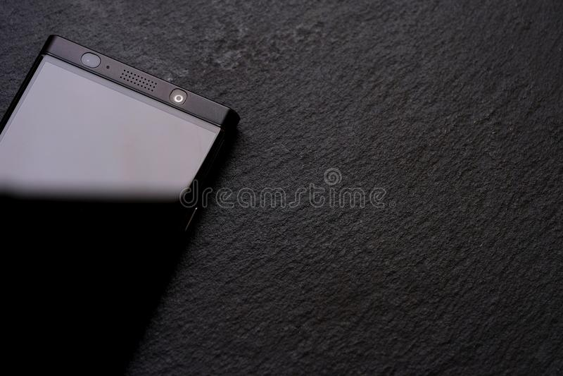 Téléphone noir, pierre noire, choses dures images libres de droits