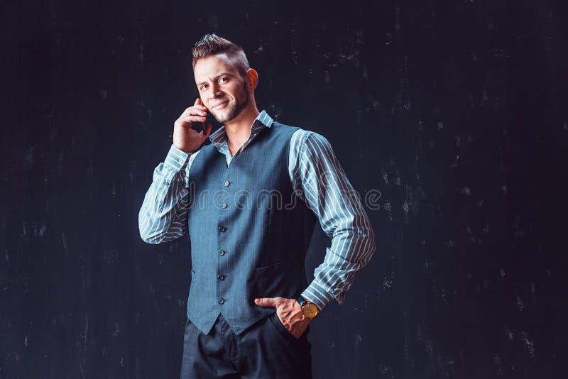 Téléphone parlant d'homme élégant photo stock