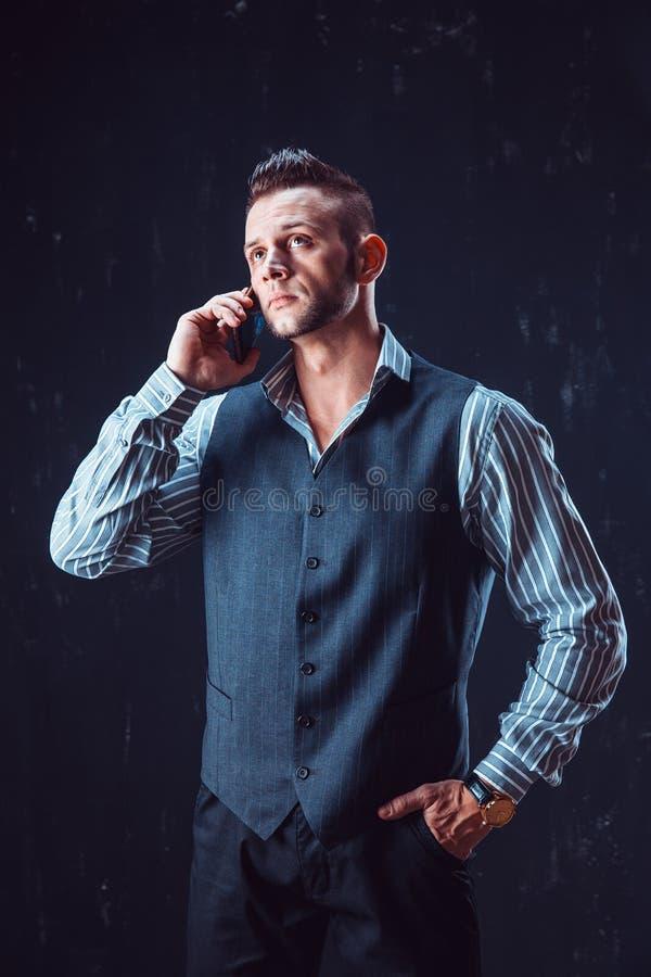 Téléphone parlant d'homme élégant photos libres de droits
