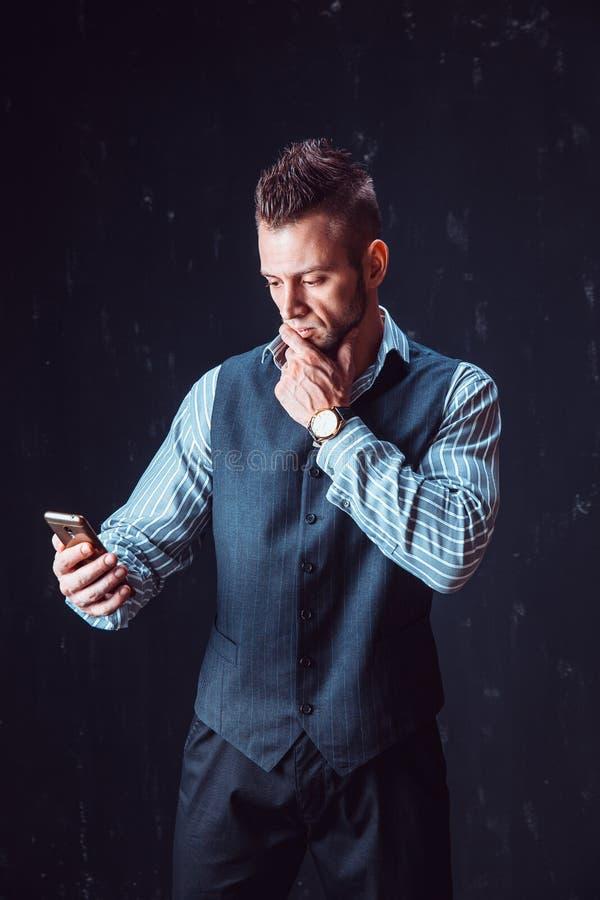 Téléphone parlant d'homme élégant image stock