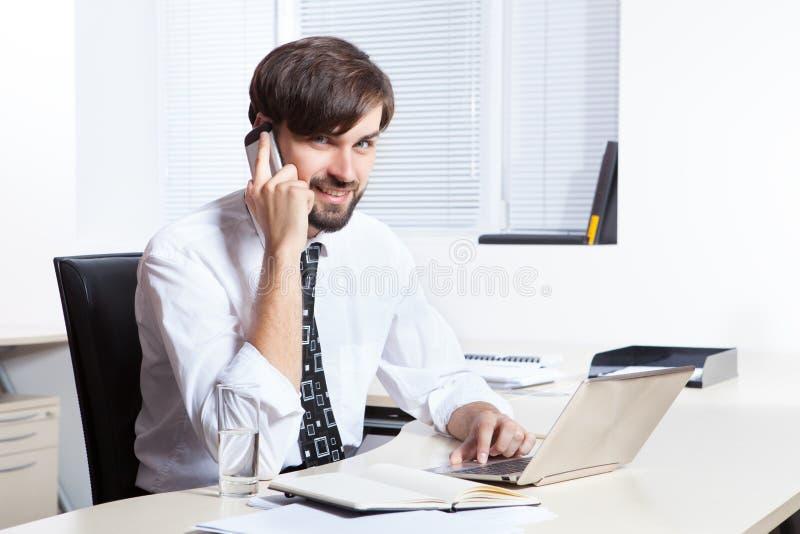 Téléphone parlant d'homme d'affaires photo stock