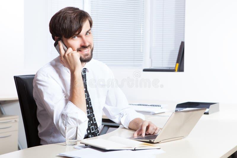 Téléphone parlant d'homme d'affaires photographie stock