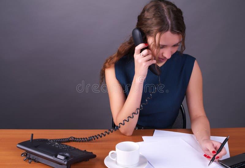Téléphone parlant de femme d'affaires photo libre de droits