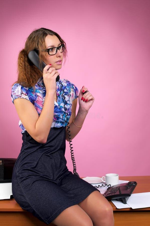 Téléphone parlant de femme d'affaires image libre de droits