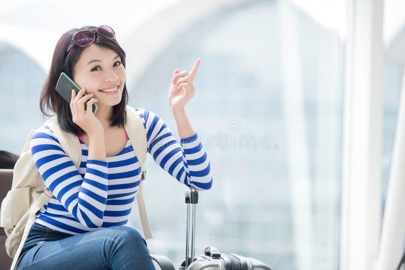 Téléphone parlant de femme de beauté heureusement photographie stock
