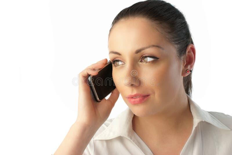 Téléphone parlant de jeune femme d'affaires attirante images stock