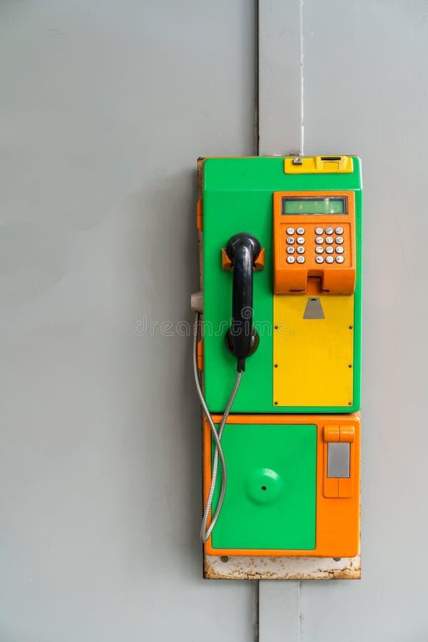 Téléphone payant public de vintage vert et orange d'isolement sur le blanc images libres de droits