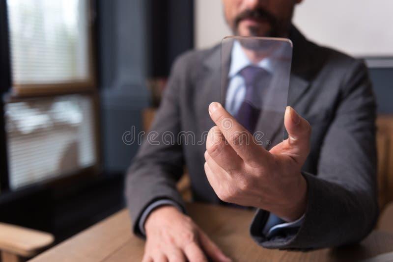 Téléphone portable étant dans des mains d'un homme d'affaires images stock