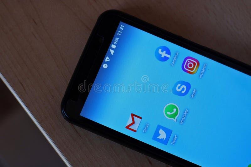 Téléphone portable avec de divers réseaux sociaux photo libre de droits