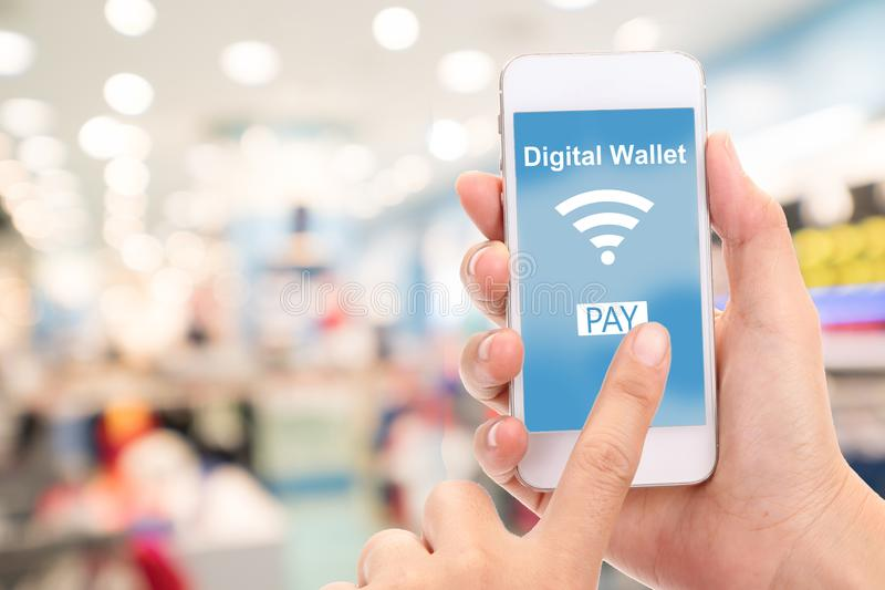 Téléphone portable avec le concept numérique de portefeuille, magasin de tache floue photographie stock