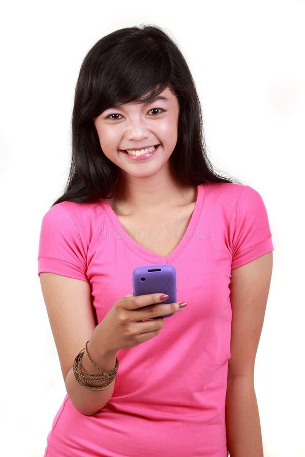Téléphone portable chez la main de la femme image stock