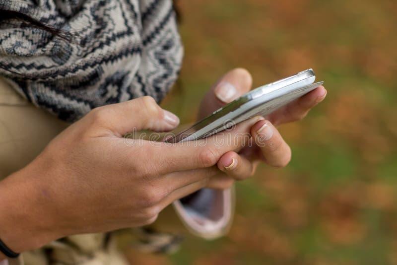 Téléphone portable d'écran tactile, à disposition photos libres de droits