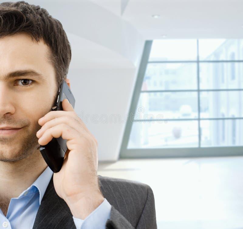 téléphone portable d'homme d'affaires taling image libre de droits