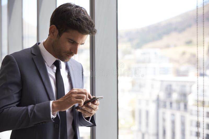Téléphone portable de Checking Messages On d'homme d'affaires images libres de droits