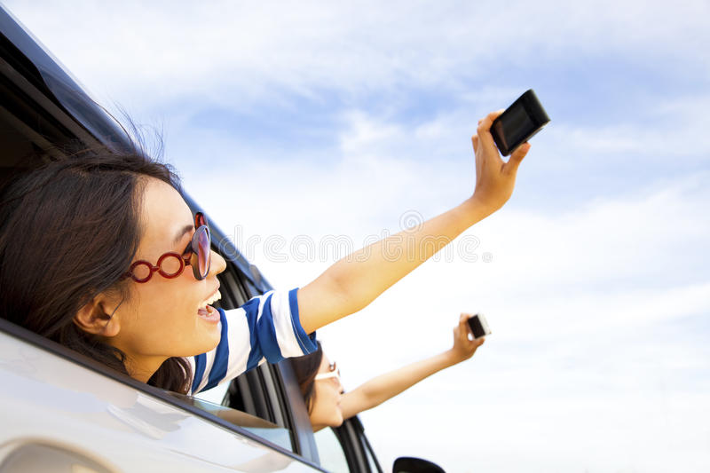 Téléphone portable de fixation de jeune femme photographie stock libre de droits