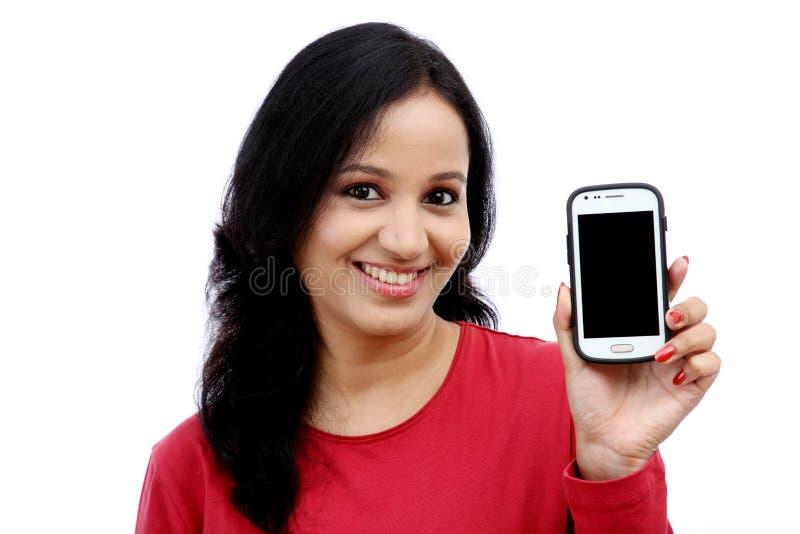 Téléphone portable de fixation de jeune femme photo libre de droits