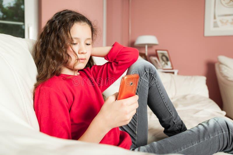 Téléphone portable de jeune fille photographie stock