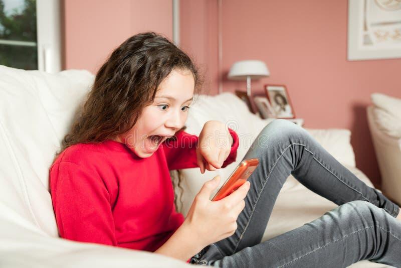 Téléphone portable de jeune fille photo stock