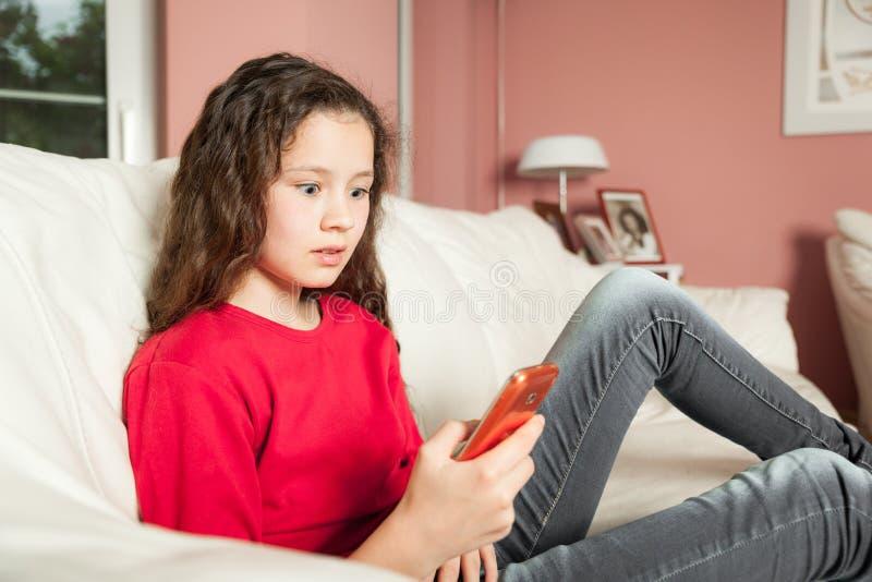 Téléphone portable de jeune fille photographie stock libre de droits