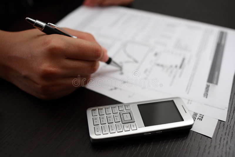 téléphone portable de main d'affaires photo stock