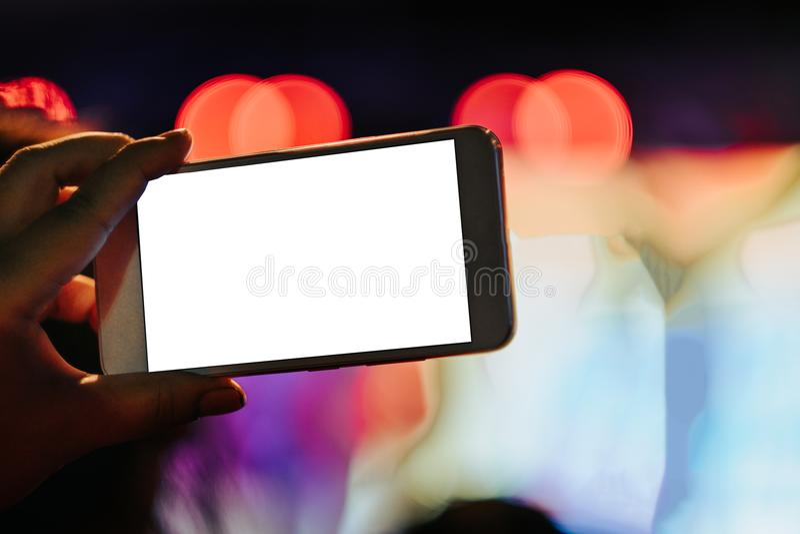 Téléphone portable de prise de main de fond de technologie avec le whi de l'espace de copie photos stock