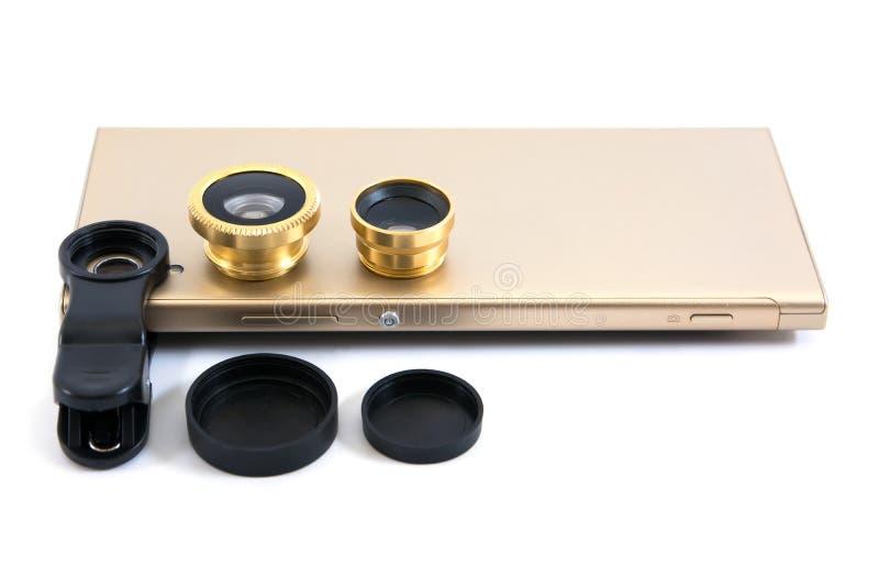 Téléphone portable doré avec zoom, clip et couverture isolés sur fond blanc Smartphone Gold avec lentille isolée photographie stock libre de droits