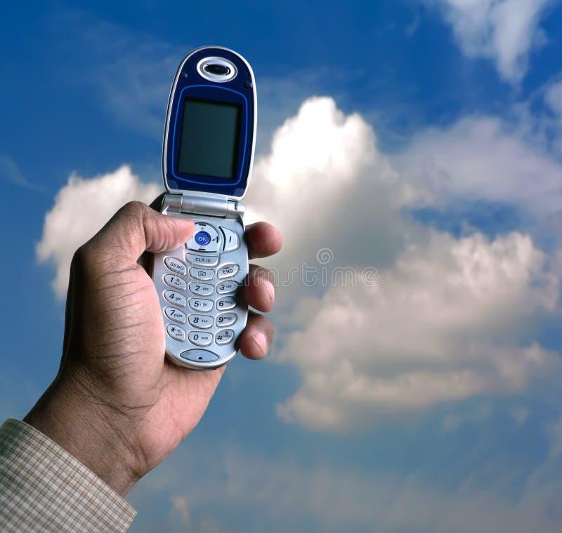 Téléphone portable et ciel bleu images libres de droits