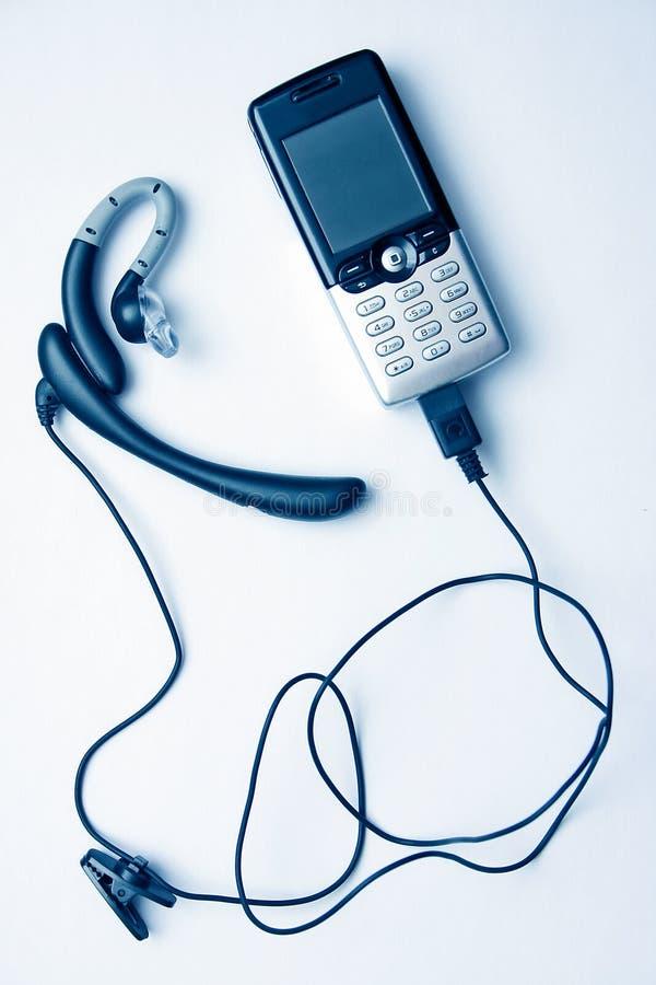 Téléphone portable et mains libres images stock