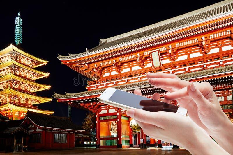 Téléphone portable femelle de fixation de main images libres de droits