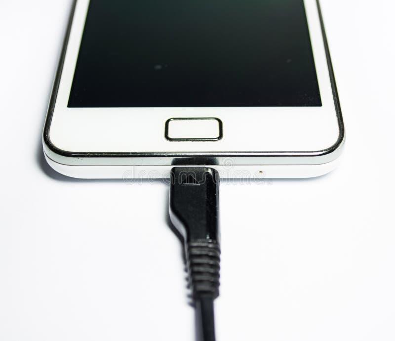 Téléphone portable moderne sur la charge images libres de droits