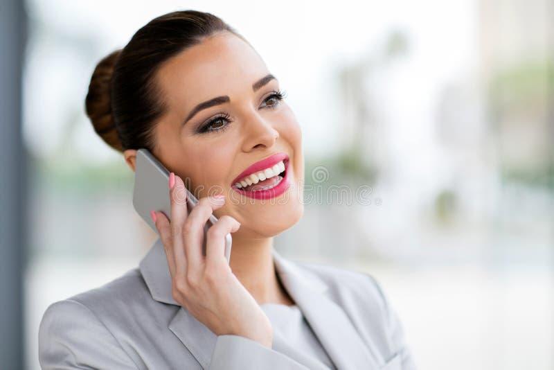 Téléphone portable parlant de femme d'affaires images stock