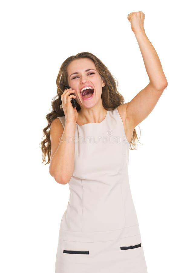 Téléphone portable parlant de jeune femme heureuse et réjouissance image stock
