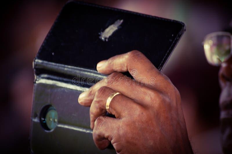 Téléphone portable prenant la photo par un homme images stock