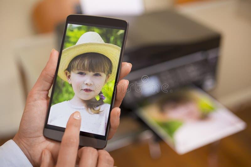Téléphone portable relié à une imprimante à distance photographie stock