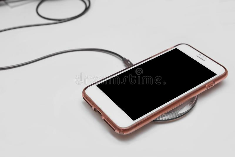 Téléphone portable sur la protection de remplissage sans fil images stock
