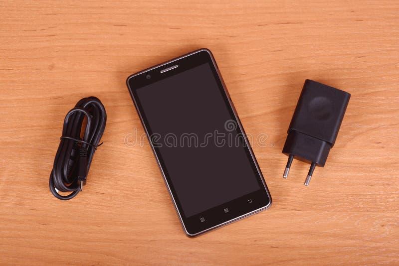 Téléphone portable sur le fond en bois photos stock