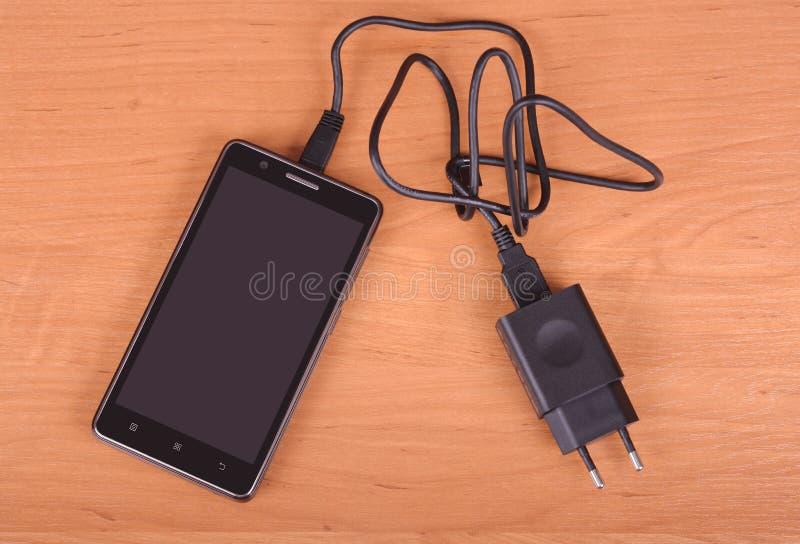 Téléphone portable sur le fond en bois photo stock
