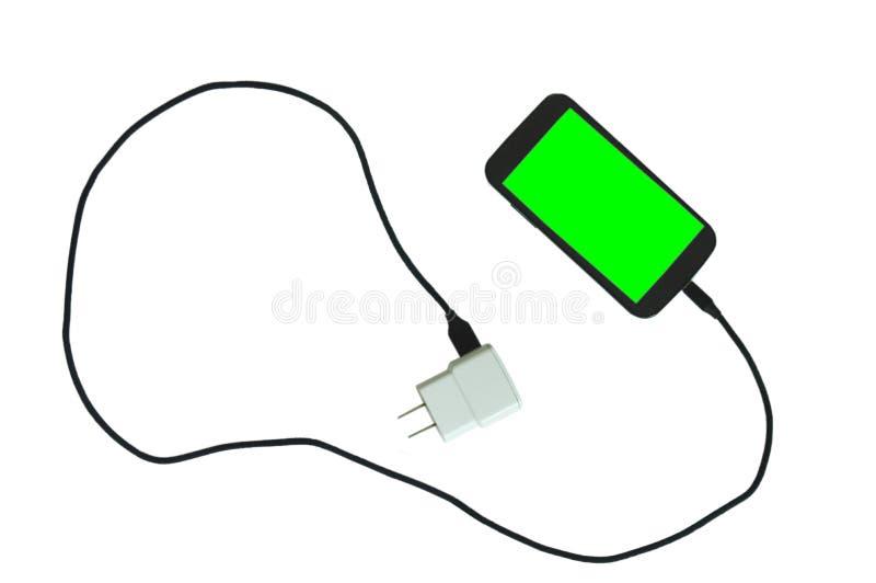Téléphone portable vert d'écran poignardant dans la batterie rechargeable avec le câble noir de tissu sur le fond blanc photographie stock