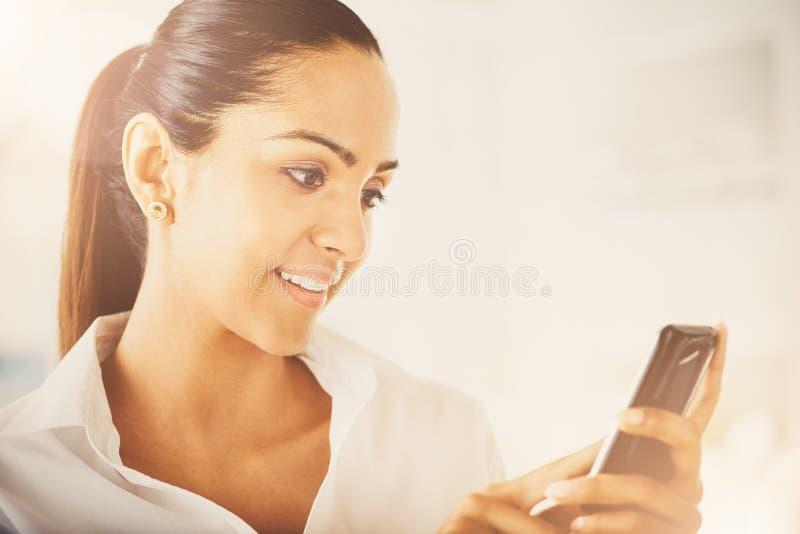 Téléphone portable visuel indien de transmission de messages de femme d'affaires heureux photographie stock libre de droits