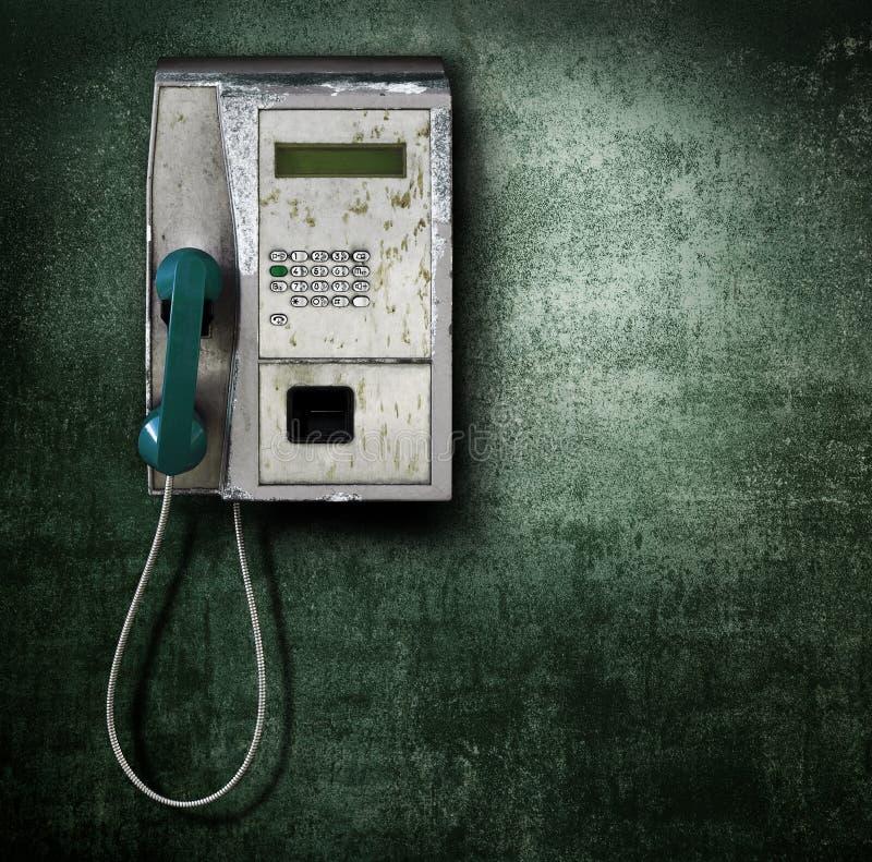 Téléphone public sur le fond vert image libre de droits