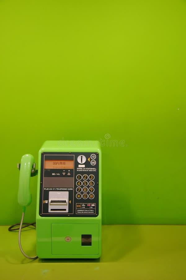 Téléphone public vert images stock