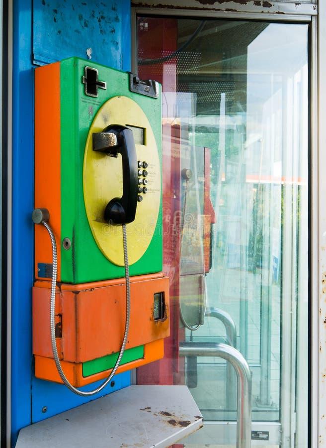 Téléphone public vert et jaune orange image stock