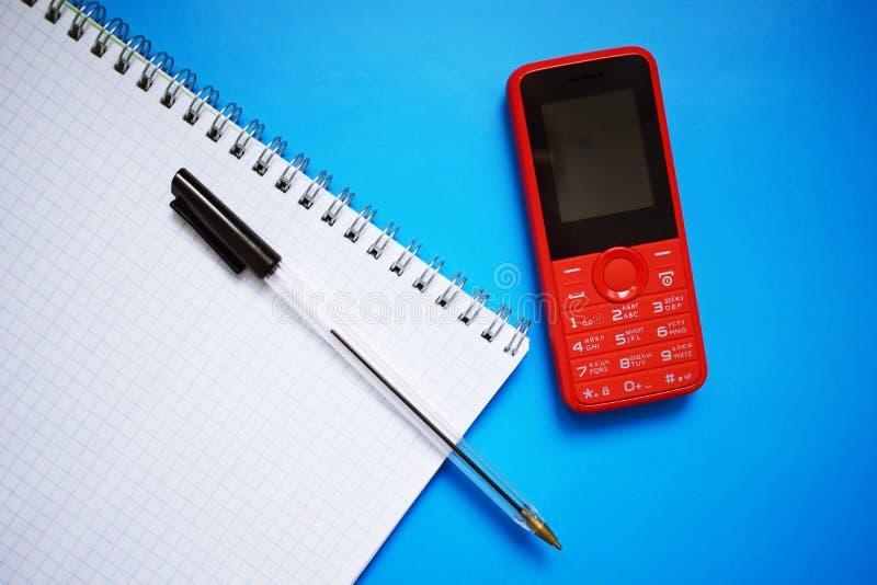 Téléphone rouge avec des boutons images libres de droits
