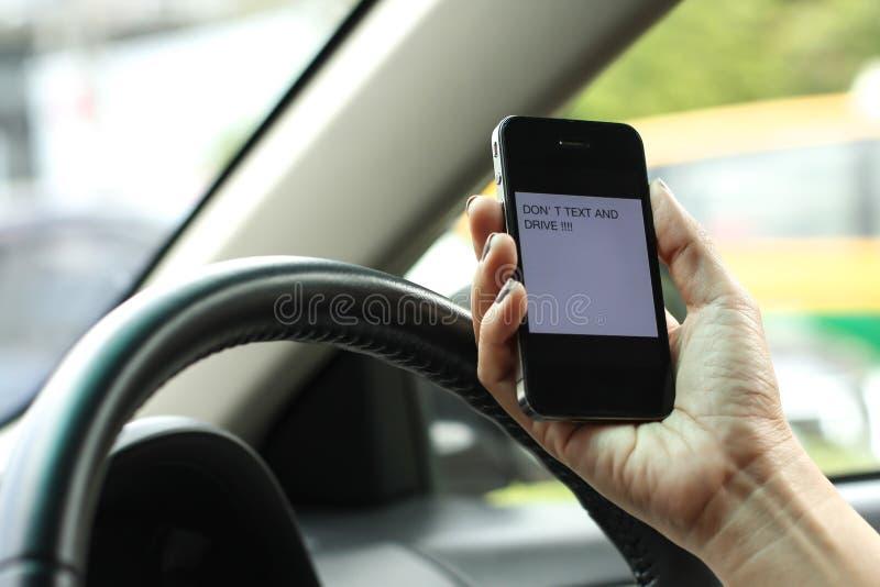 Téléphone, service de mini-messages et entraînement, dangereux photos libres de droits