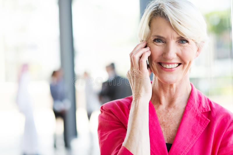 Téléphone supérieur de femme d'affaires photo stock